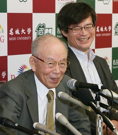 青色発光ダイオード(LED)の開発で、ノーベル物理学賞に決まった名城大の赤崎勇教授(左)と名古屋大の天野浩教授が10日、名古屋市内で記者会見した。受賞決定後、初めて対面した師弟は笑顔で喜びを語った。 ▼10Oct2014時事通信|快挙の師弟、笑顔で握手=「今も緊張」天野さん-赤崎さん、不夜城紹介・ノーベル賞 http://www.jiji.com/jc/zc?k=201410/2014101000765