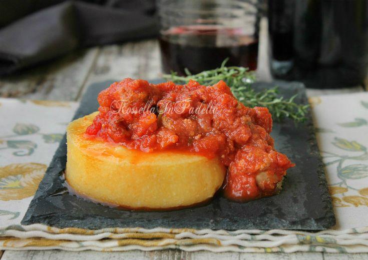 Polenta con sugo di salsiccia, è sia un piatto unico che un primo piatto semplice da preparare e molto gustoso.