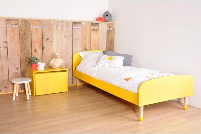 Een geel kinderbed met ronde vormen en gele voetjes van prachtig Scandinavisch design. Past perfect in een kleurrijke kinderkamer.