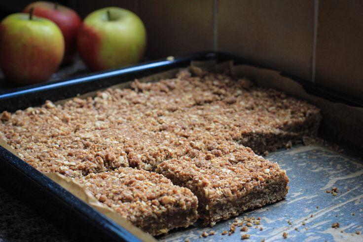 Met dit recept voor een lekkere, crunchy appelplaatkoek heb je in één keer genoeg voor een grote groep snoeperds.