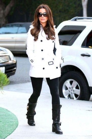 Look bicolor - Un outfit da giorno con trench bianco e pantaloni neri
