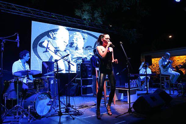 """Sibel Tüzün, Buca Belediyesi Kültür Sanat Merkezi'nde hayranlarıyla buluştu. Zengin repertuvarıyla sahnede muhteşem bir performans sergileyen Tüzün, dinleyicilerine unutulmaz bir gece yaşattı. Buca Belediyesi Kültür Sanat Merkezi'nde (BBKSM) sahne alan ünlü sanatçı Sibel Tüzün, """"Sibel Tüzün Quintet Caz Konseri"""" ile sevenlerinden tam not aldı. Tüzün'e, Şenova Ülker trompet, Uraz Kıvaner piyano, Ozan Musluoğlu kontrbas ve Ayhan Öztoplu davul ile eşlik etti. Sibel Tüzün, profesyonel müzik…"""