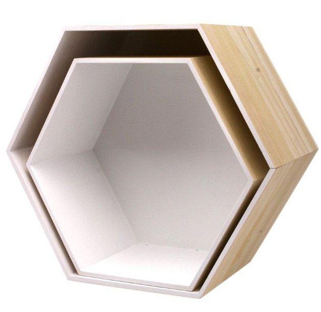 Półka drewniana w kształcie heksagonu w kolorze naturalnym w środku pomalowana…