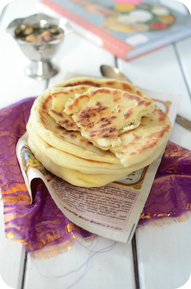 """Cheese naan ou naan au fromage Sandra nous raconte dans son livre """"Inde"""" que les naan au fromage sont traditionnellement fourrés de paneer mais ils sont plus couramment connus en France garnis de Vache qui rit. Les Indiens ne mangent absolument pas de..."""