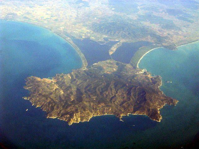 Veduta aerea di #Orbetello, dei #Tomboli della #Feniglia e della #Giannella e del #MonteArgentario - #Maremma - #Tuscany