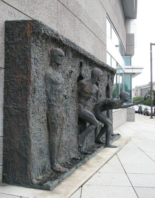 A escultura Freedom, do artista Zenos Frudakis, localizada na sede mundial da GSK (GlaxoSmithKline), na Filadélfia, Pensilvânia, é um hino à luta pela liberdade.
