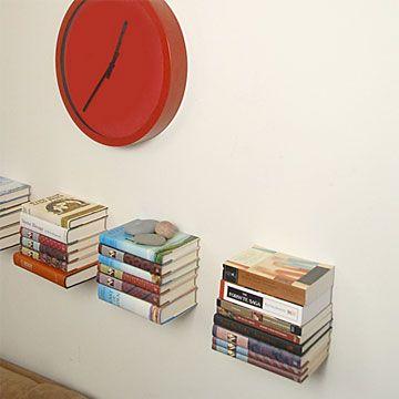 Pour ceux qui avez aimé la bibliothèque suspendue de Pépin Le Malin Lire entre les lignes, vous serez probablement également séduits par ce porte livres ingénieux et des plus discrets.  Le support ici se fait invisible. Les livres sont alors tout à l'honneur flottant sur le mur et attendant qu'une