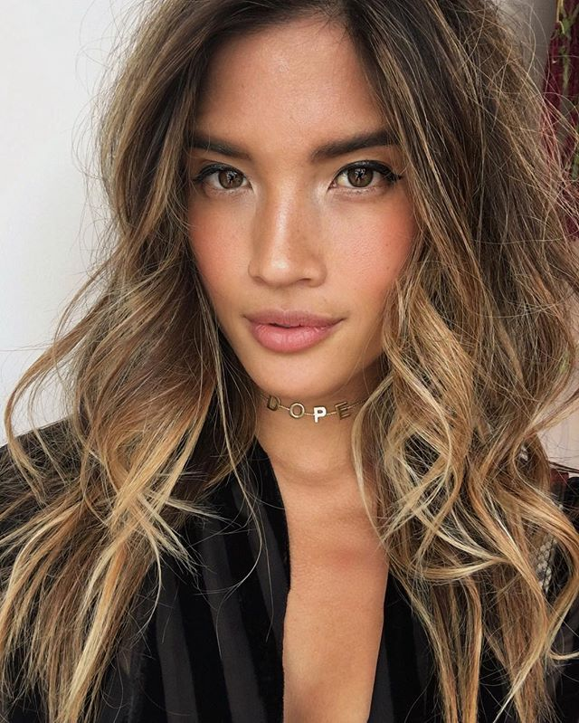My beach wave hair tutorial is now up on the @revolve Facebook page! Check it out! 💁🏽🌊🐚#revolvebeauty #beachwaves #rockybarnes