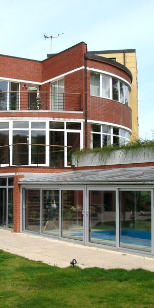 Zimní zahrada nad bazénem funguje jako celoročně využívaná konstrukce s integrovanými výztužnými prvky i okapovým systémem. #(Profiltechnik, bazén, zastřešení, zahrada, domov, architektura)
