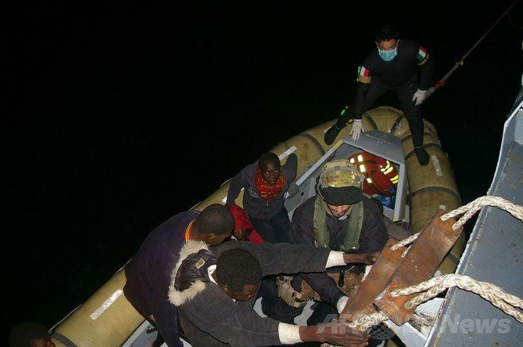 イタリア・シチリア(Sicily)島南部のポッツァッロ(Pozzallo)港付近の海上で、難民たちを救助するイタリア海軍の兵士たち(2014年4月8日提供)。(c)AFP/MARINA MILITARE ▼9Apr2014AFP|2日間で4000人の難民を救出、問題の深刻化懸念 イタリア http://www.afpbb.com/articles/-/3012222 #Sicily #Pozzallo