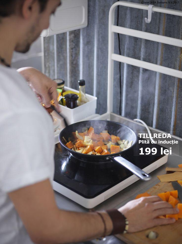 Plita cu inducție TILLREDA este portabilă și ocupă puțin spațiu, așa că îi poți surprinde pe cei dragi cu felul lor preferat oriunde. În plus, ea consumă mai puțină energie şi este mai rapidă, pentru că transferă energia direct la vasele de gătit cu bază magnetică. Află cum poți aduce #schimbarimici pentru #economiimari de aici: www.IKEA.ro/o_viata_sustenabila