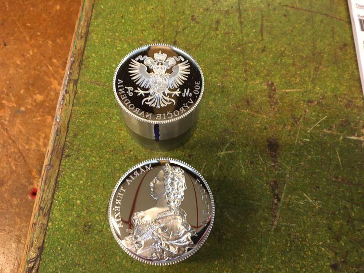 Národní Pokladnice vyrazila přesně v den 300. výročí Marie Terezie unikátní stříbrnou medaili s vysokým reliéfem