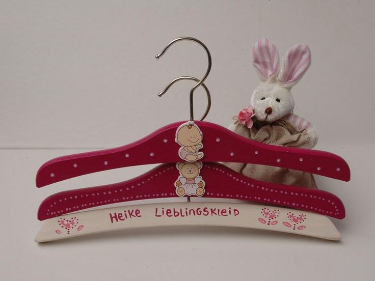 Juego de 3 perchas perchas infantiles de madera, pintadas a mano, decoradas con motivos y personalizadas con nombres y frases. Se adjunta un ambien...