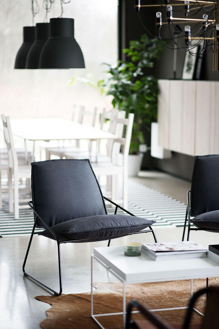VILLSTAD fauteuil en de HEKTAR hanglamp. Deze pin repinnen wij om jullie te inspireren! #IKEArepint