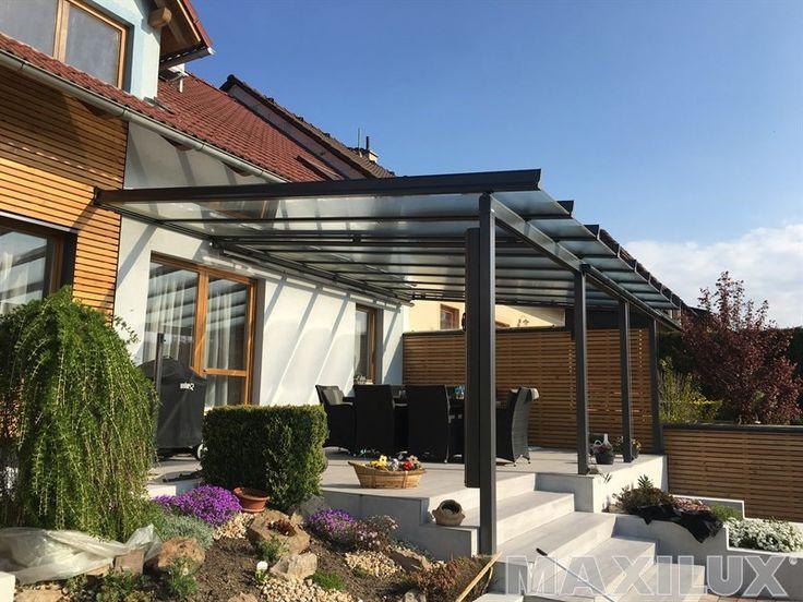 Komfortní hliníkové zastřešení terasy včetně integrovaných markýz a světelné rampy na dálkové ovládání