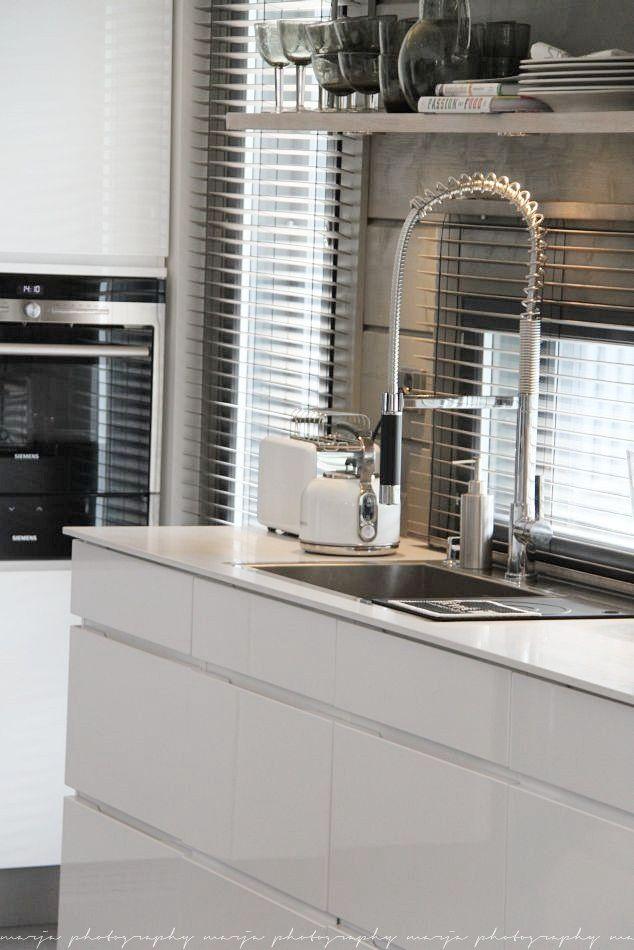stylish modern white kitchen with stainless steel fittings and built-in appliances - otoksia sieltä täältä (asuntomessuilta) - Vaaleanpunainen hirsitalo