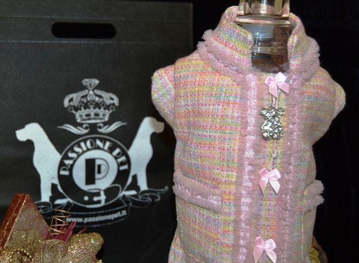 Elegante cappottino in pregiato tessuto Chanel rosa, rivestito internamente con caldo pile, ornato con passamaneria, impreziosito da fiocchetti e da orsacchiotto charms. disponibile nei modelli per cani taglia SMALL, LONG e GIANT. Per informazione contattatemi al +39 348 3679291, al +39 347 4540271 o inviami una e-mail all'indirizzo info@passionepet.it