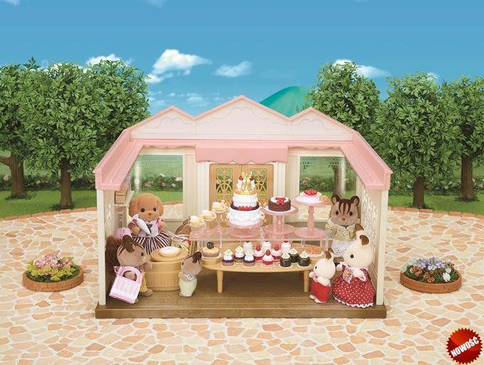 Sylvanian Families - Swojska cukierenka. Doskonały sklep dla lalek! Zestaw zawiera mamę Pudel, pełniącą funkcję właścicielki cukierni, oraz wiele ślicznych ciast, ciastek i tortów.