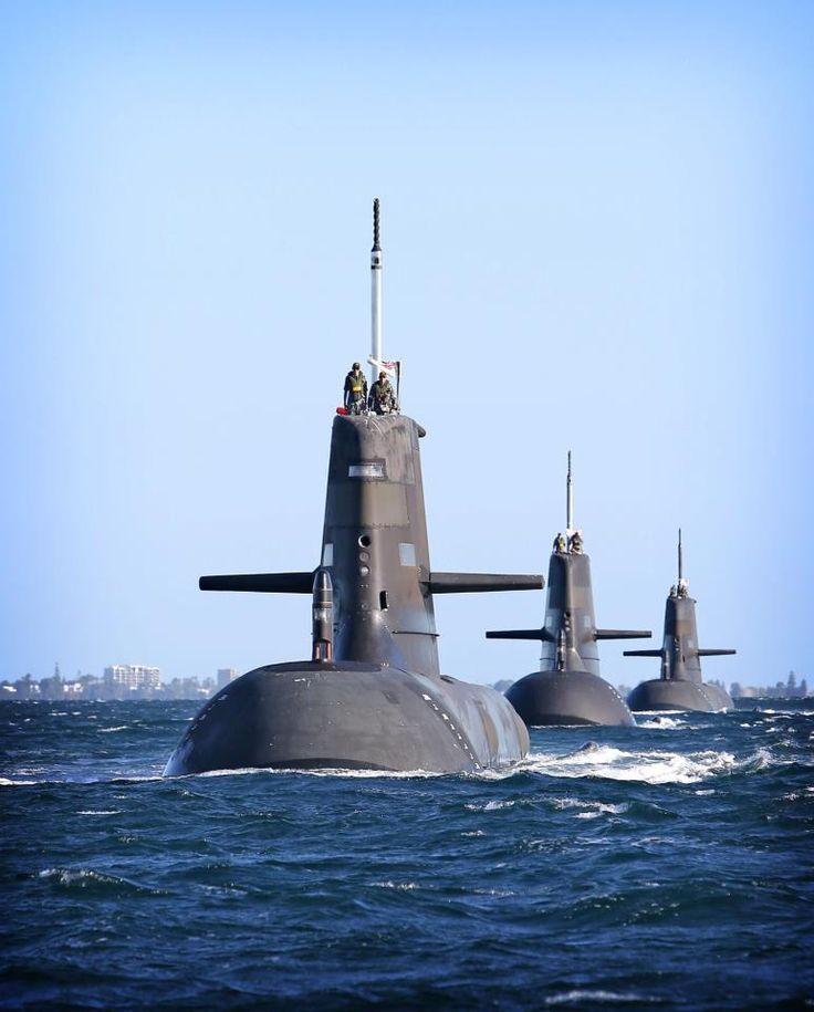 Submarinos australianos Navales Dechaineux, Sheean y Waller navegado en formación de Oeste Raudo Bajo HMAS Stirling