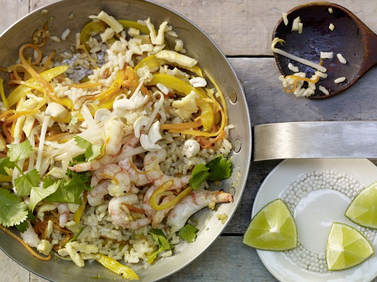 Garnelen-Bratreis - mit knackigem Gemüse und Cashewkernen - smarter - Kalorien: 378 Kcal - Zeit: 20 Min. | eatsmarter.de Bratreis schmeckt immer, oder?