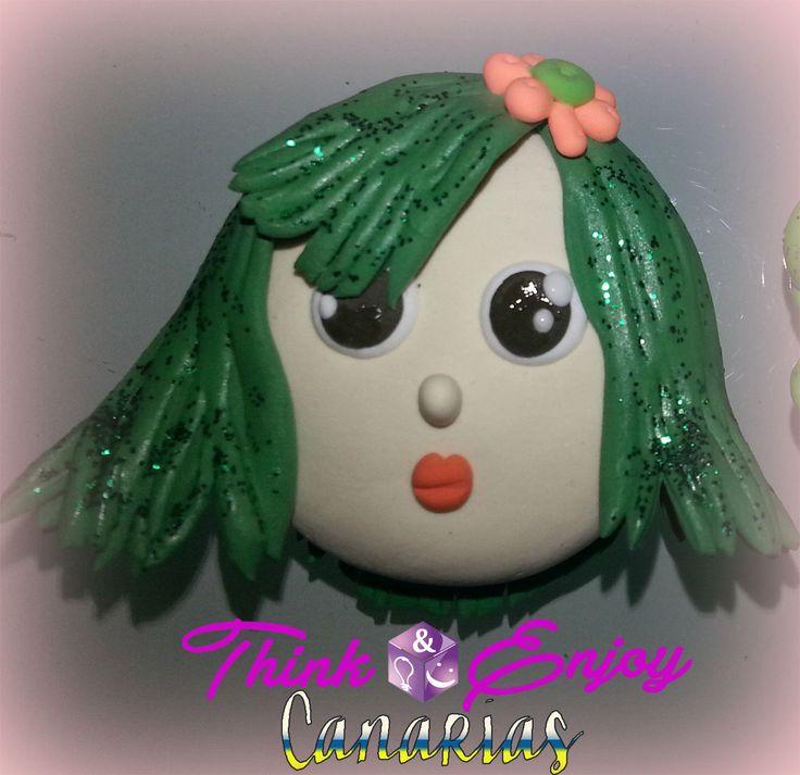 Broche hecho con arcilla de Think&Enjoy. Al pelo se le ha puesto purpurina verde! ;-)