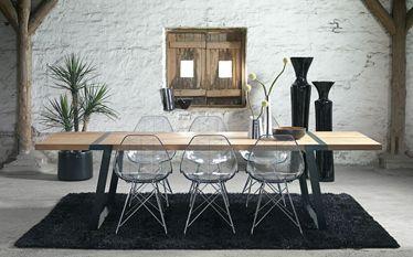 Een retro look bij een eiken houten tafel.