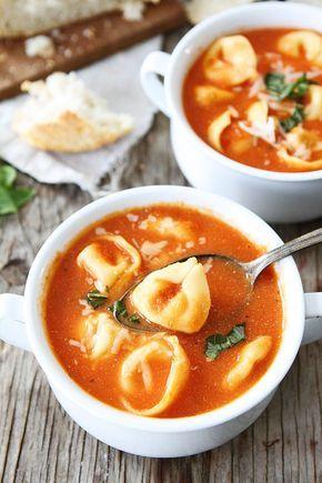 Sopa de tomate cremoso con tortellini | 29 sopas tan buenas que harán que te quieras quedar en casa y cocinar
