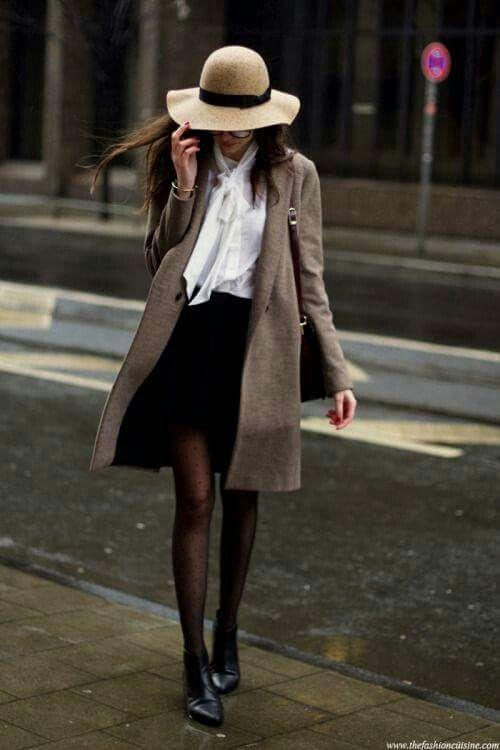 Élégance, tenue de ville, manteau gris, jupe noire, blouse blanche.