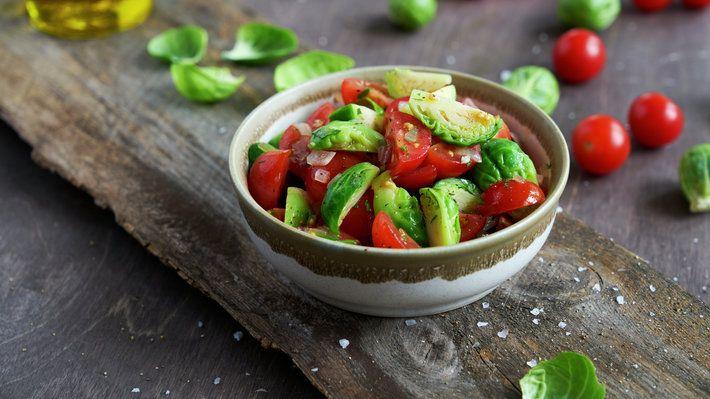 Rosenkål har en særegen, litt søt og nøtteaktig smak som egner seg ypperlig å kombinere med tomater, løk og krydder i en enkel salat. Perfekt som tilbehør til svinekjøtt.