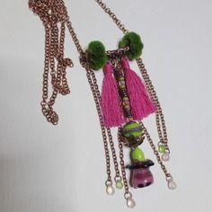 Collier bohème avec pendentif en verre filé au chalumeau, verre tchèque, coton et métal cuivré.
