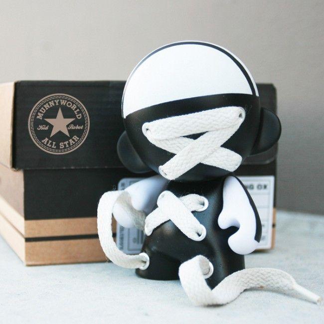 Boneco Munny personalizado com o famoso estilo dos tênis cabeçudos da All Star, ficou incrível, trabalho único e artesanal ou seja, nada de onde comprar nesse post.