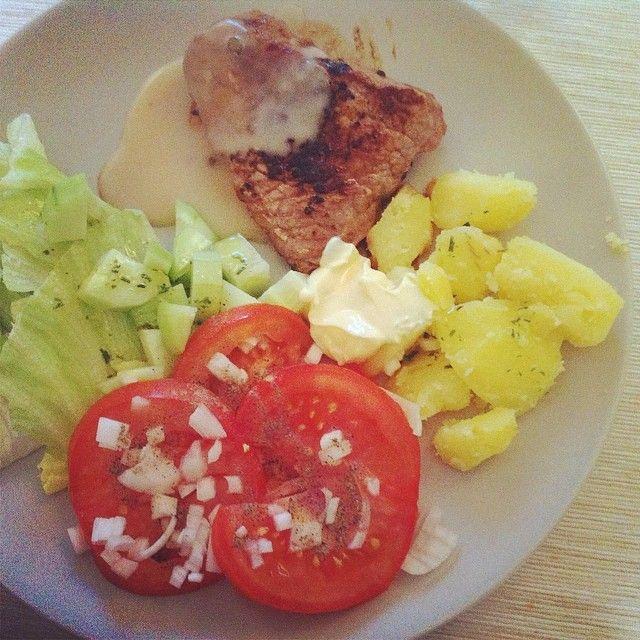 Rauwe groenten, biefstuk, pepersaus + aardappelen.