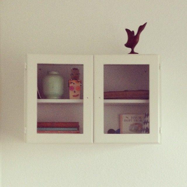 Gammelt skab blev hvidt og hoppede op på væggen. Fuglen bor ovenpå.