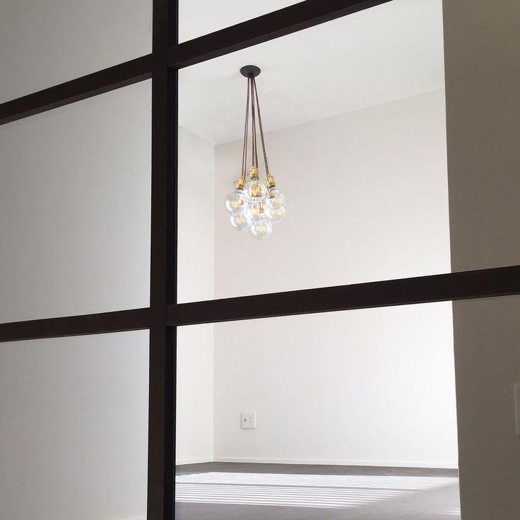 この度住工房の二階を改装しました ショールームの二階には私たちが仕事をする事務所と大人数を収容できるセミナー室と休憩室があります  本日ご紹介したいのは休憩室にある個性的な照明器具です! ソケットコードは真鍮製の物でシンプルで美しくそれでいてレトロな感じが良い雰囲気をかもし出してくれていますね 電球はエジソンランプのようだけれどLED電球なんですよ!  LED電球にもこんなにオシャレでアンティークぽいランプがあるので選択肢が広がりますね 電気代や環境にも配慮しながらインテリアも楽しんでコーディネートしていけたら良いですね