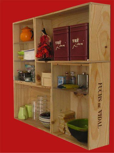 Estanterías con cajas de vino de madera recicladas