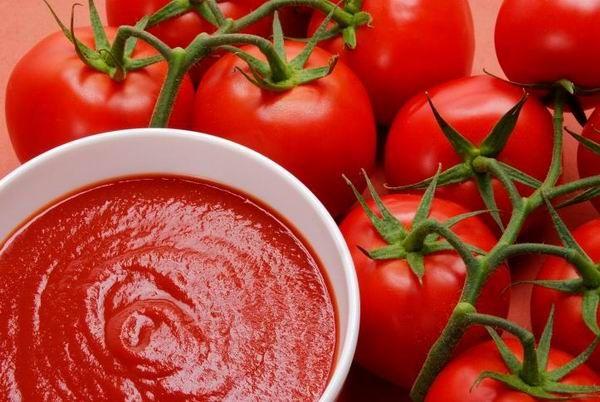 Paradicsomszósz hozzávalók (olasz recept)  1 kg paradicsom 1 vöröshagyma 1 gerezd fokhagyma 3 evőkanál olivaolaj 1 evőkanál cukor 1 evőkanál bazsalikom oregánó só, bors