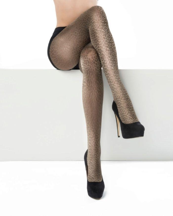 Hippe modepanty met het motief van een luipaardvacht.  Combineer deze stoere panty met een leuk effen jurkje of een andere dierenprint.