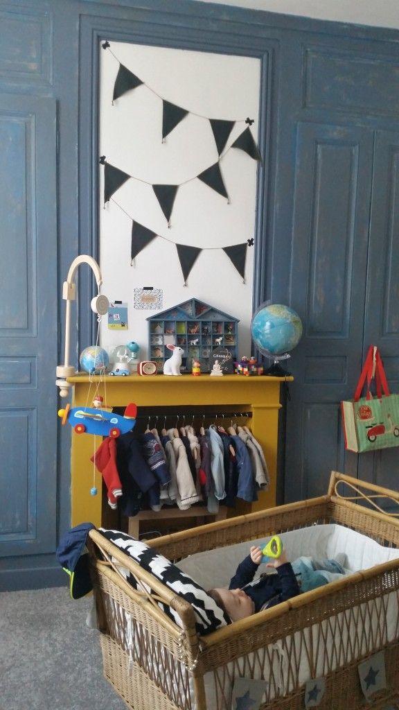 chambre d enfant mixte simple chambre duenfant couleurs bleu et jaune moutarde mixte guirlande. Black Bedroom Furniture Sets. Home Design Ideas