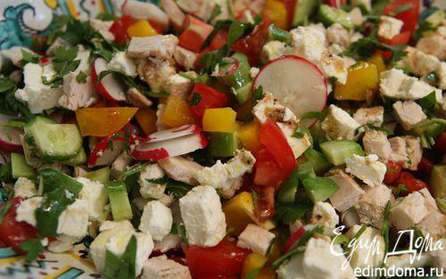 Восточный салат с фетой, курицей и помидорами  | Кулинарные рецепты от «Едим дома!»