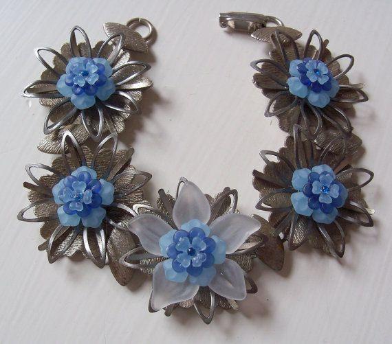Ongewone metalen bloem armband  Vintage door youarenotthebossofme