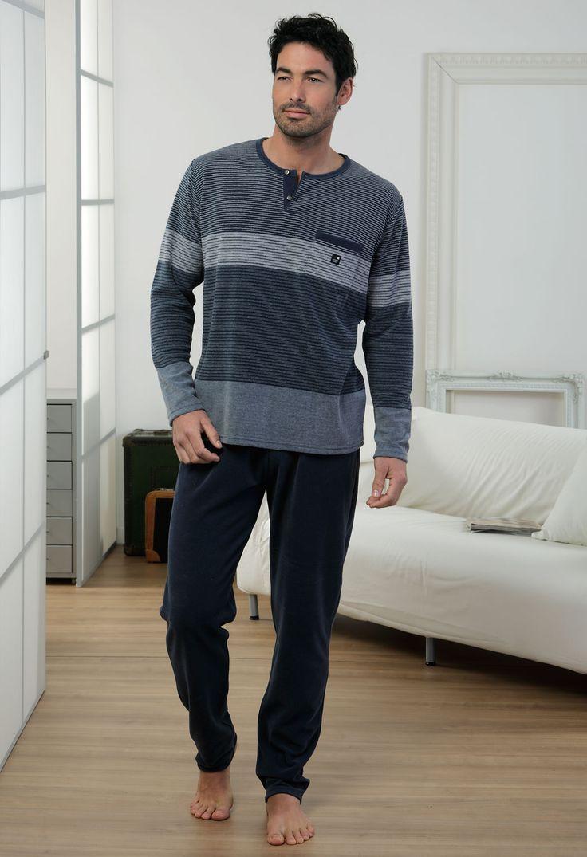 Pijama hombre invierno Massana modelo Stripes en color azul y terciopelo. Un clásico renovado.