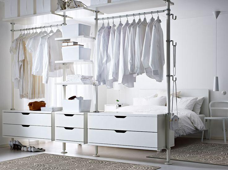 Schlafzimmeraufbewahrung u. a. mit 3 STOLMEN Elementen in Weiß, PLUGGIS Boxen mit Deckel in Weiß und SKUBB Fächern in Weiß