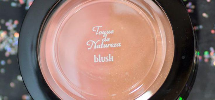 Testei o Blush Duo da Toque de Natureza, ele vem com dois tipos de produto na mesma embalagem: uma das metades com blush matte e o outro com iluminador. Saiba mais no blog! http://fascinioporesmaltes.com/toque-de-natureza-blush-iluminador-facial-duo/