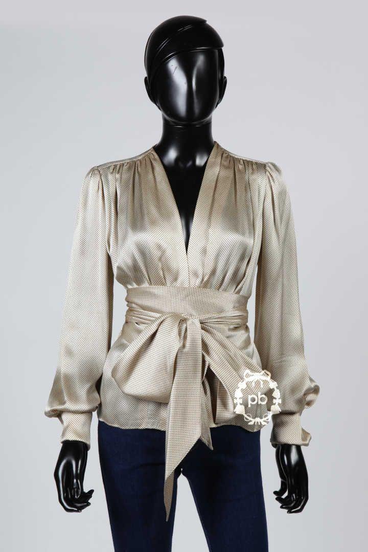YVES SAINT LAURENT Haute Couture, circa 1980/85 BLOUSE légèrement drapée en satin de soie ivoire imprimée de petits points noirs, ceinture-lien à nouer, poignets à revers (manque griffe) (env TS/M) (manque boutons de manchette)
