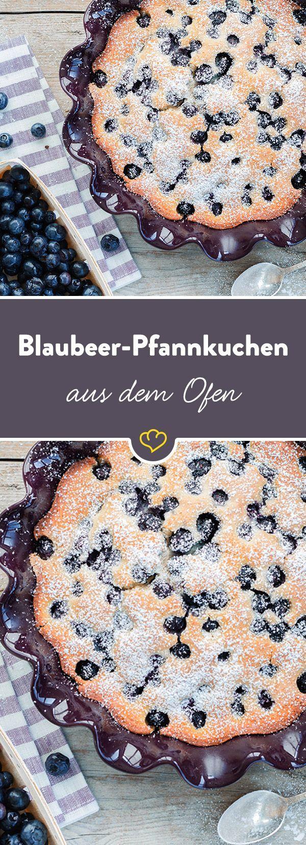 Pfannkuchen mal anders: Wir haben eine stressfreie und kinderleichte Variante für dich - Pfannkuchen aus dem Ofen, garniert mit frischen Blaubeeren.
