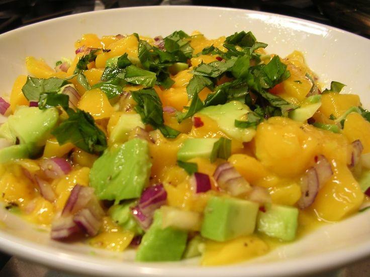 Cómo hacer Ensalada de mango y aguacate. Primero pelamos y cortamos el mango con cuidado de no cortarnos el hueso en grande. Abrimos el aguacate, separamos el hueso y cortamos en