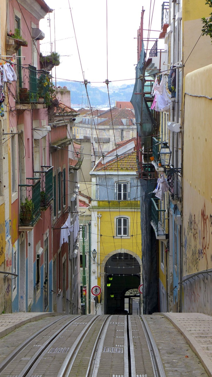 Lisbon. Travel in Portugal and learn fluent Portuguese with the Eurolingua Institute http://www.eurolingua.com/portuguese/portuguese-homestays-in-portugal