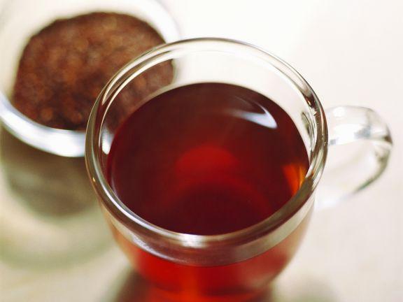 Rooibostee (Rotbuschtee) im Glas und ungekochter im Schälchen ist ein Rezept mit frischen Zutaten aus der Kategorie None. Probieren Sie dieses und weitere Rezepte von EAT SMARTER!