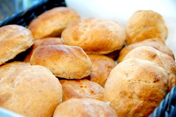 Se den dejlige opskrift på små yoghurtbrød, der bliver luftige og sprøde. Yoghurtbrød er gode som små kuvertbrød – eller bare til at nyde. Du skal prøve disse små yoghurtbrød, er aldeles frem…
