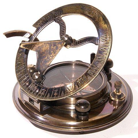 Gilbert&Son kompas met verstelbare zonnewijzer opgeborgen in een authentiek doosje. De naald is te vergrendelen tijdens vervoer. De pootjes zijn te verstellen zodat het kompas precies horizontaal ligt.